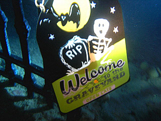 SCARY_SCUBA_CARVE_2006___UNDERWATER_GRAVEYARD_SIGN_webshot_1.jpg