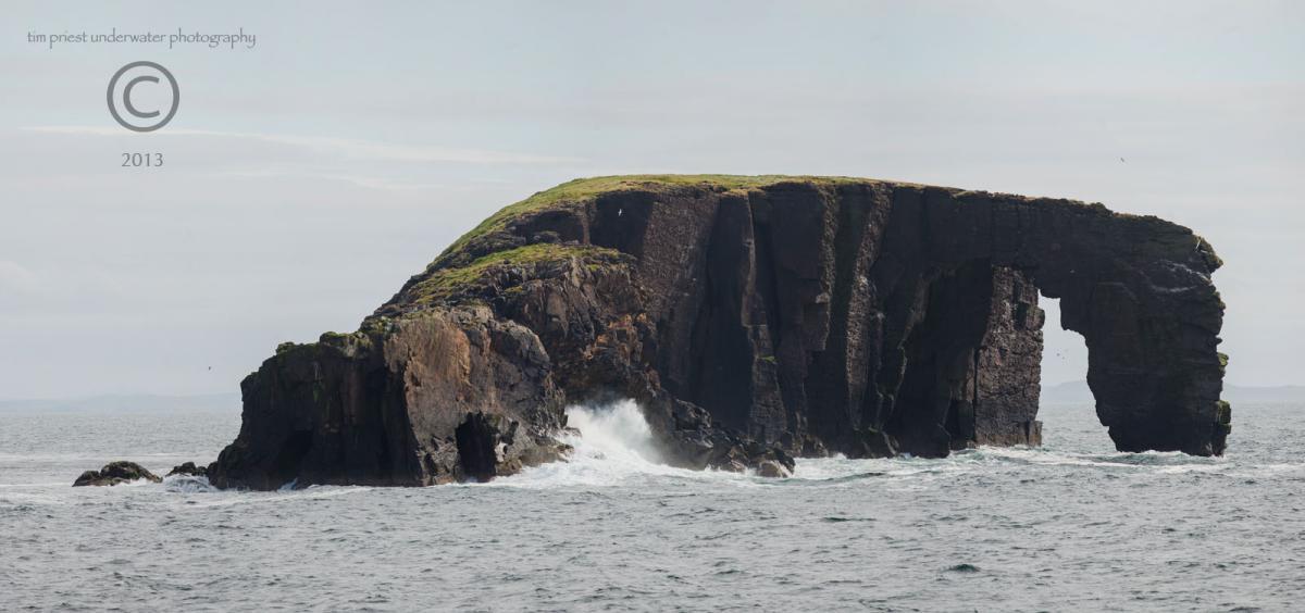 2013 Shetland 027 126 Dore Holm panorama 02b.jpg