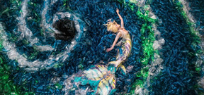 A photographer, a mermaid and 10,000 plastic bottles Photo