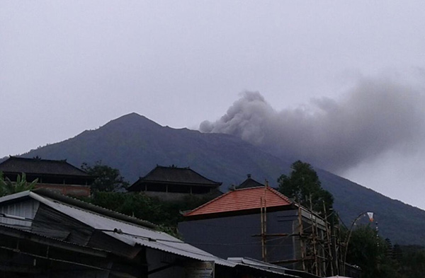 Mount Agung erupts on Wetpixel